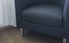 Huoneesta löytyy nojatuoli